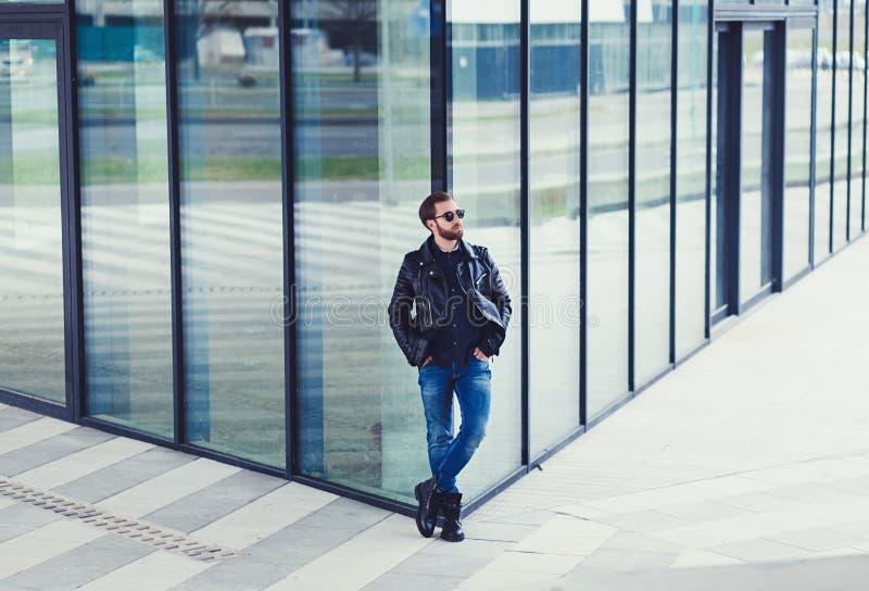 Hombre elegante en la chaqueta de cuero imágenes de archivo libres de regalías