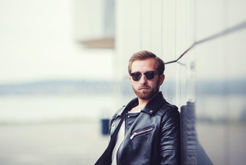 Hombre elegante en la chaqueta de cuero fotos de archivo