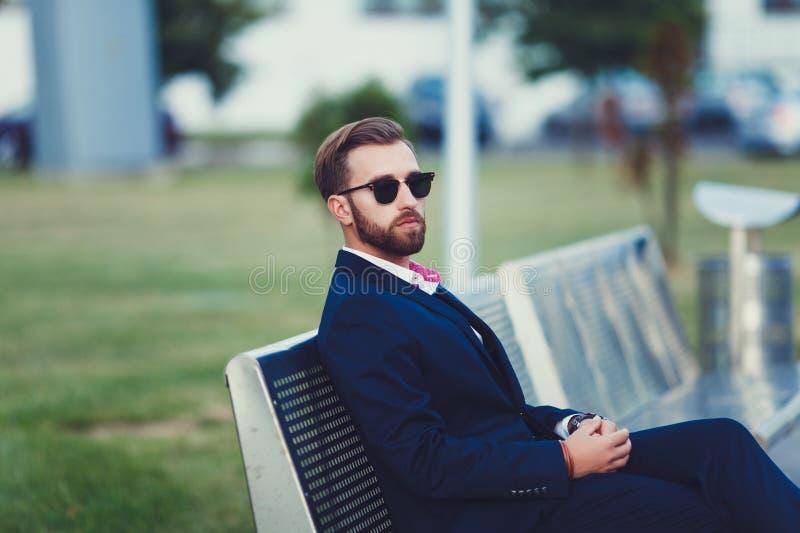 Hombre elegante en traje fotografía de archivo
