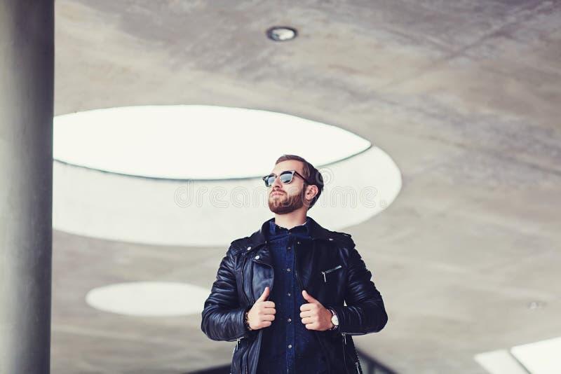 Hombre elegante en una chaqueta de cuero foto de archivo