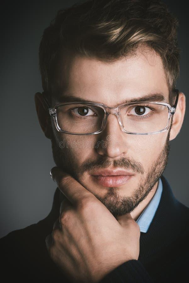 Hombre elegante en vidrios foto de archivo libre de regalías