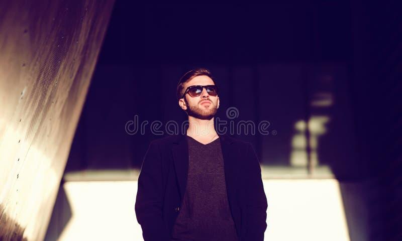 Hombre elegante, hermoso en capa imagen de archivo
