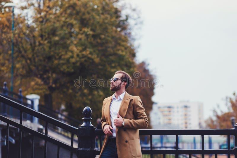 Hombre elegante hermoso en capa elegante imagenes de archivo