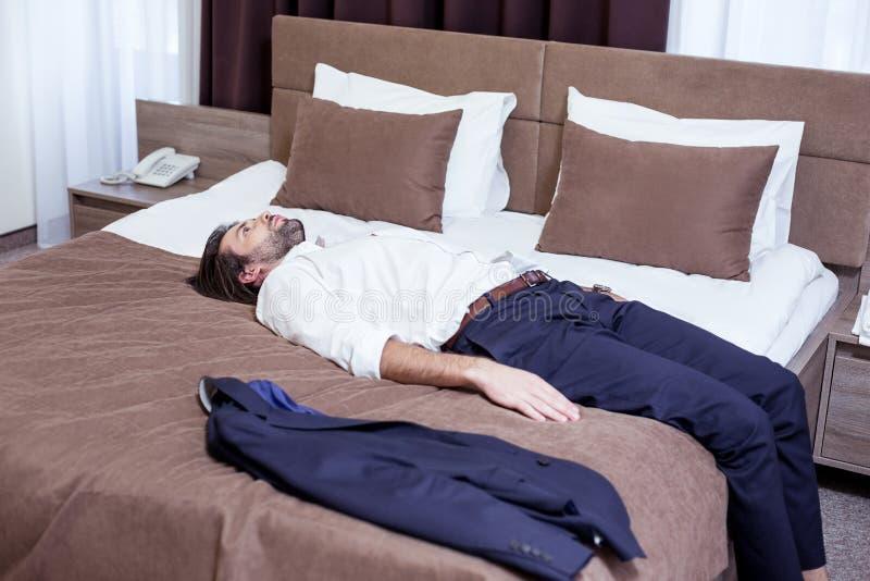 Hombre elegante hermoso que es agotado de trabajo fotografía de archivo libre de regalías