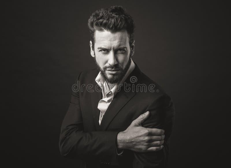 Hombre elegante que presenta con actitud fresca imagenes de archivo