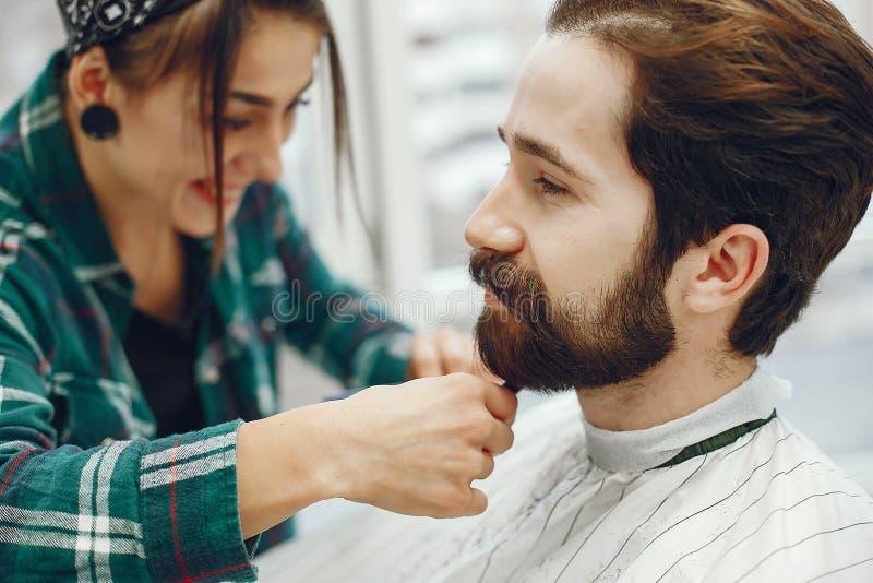Hombre elegante que se sienta en una barbería fotografía de archivo