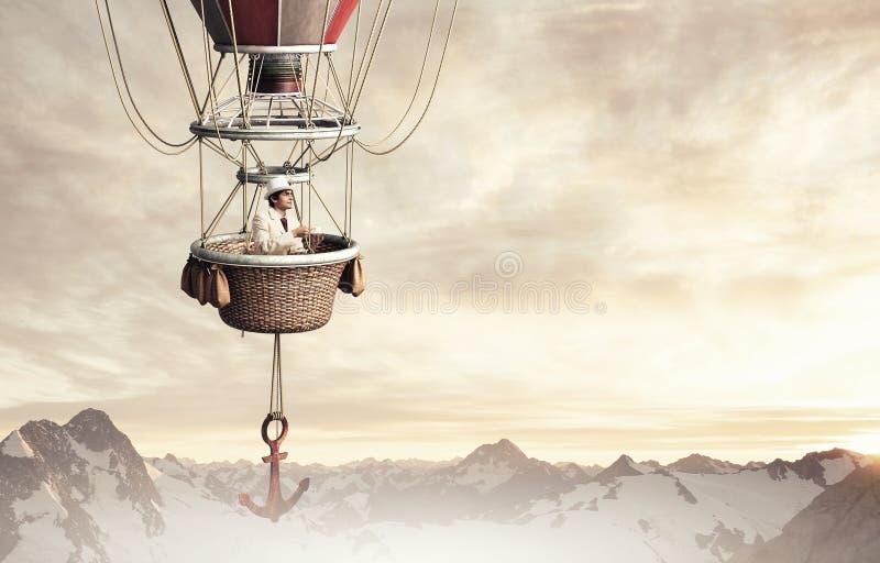 Hombre elegante que viaja en aerostato imágenes de archivo libres de regalías