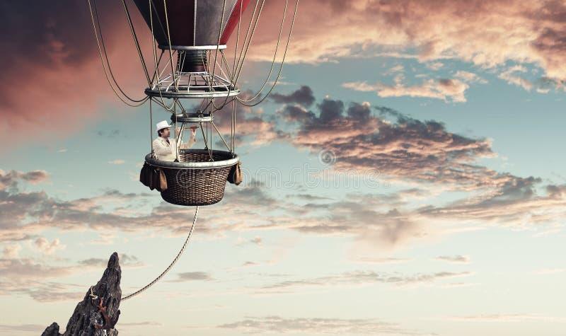 Hombre elegante que viaja en aerostato imagenes de archivo