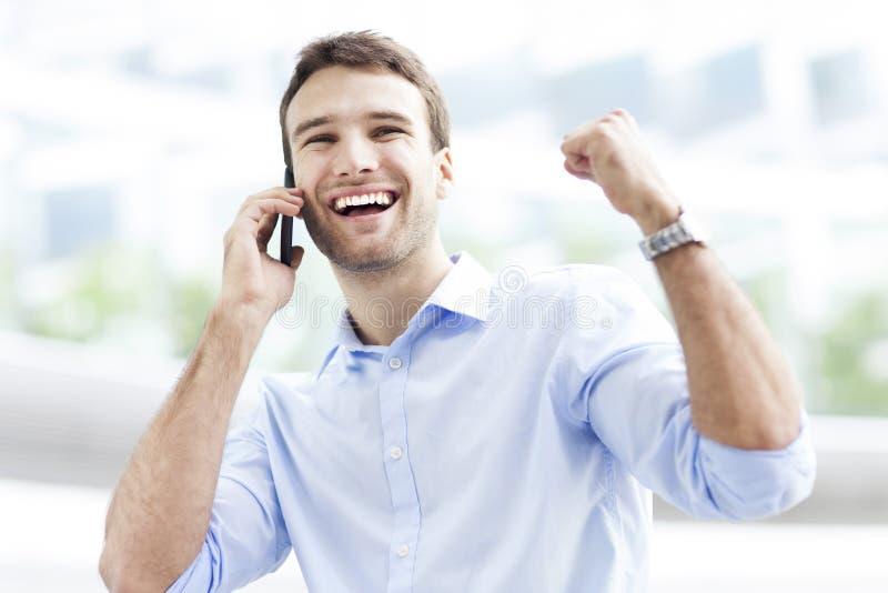 Hombre emocionado con el teléfono móvil fotografía de archivo libre de regalías