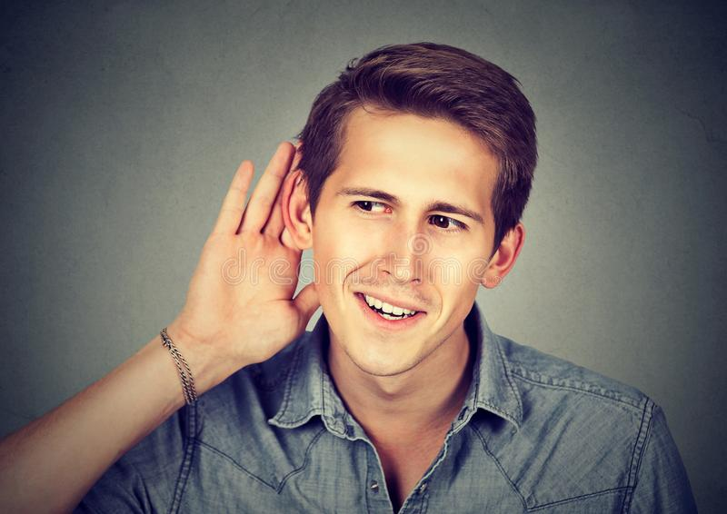 Hombre emocionado con escuchar el chisme fotografía de archivo libre de regalías