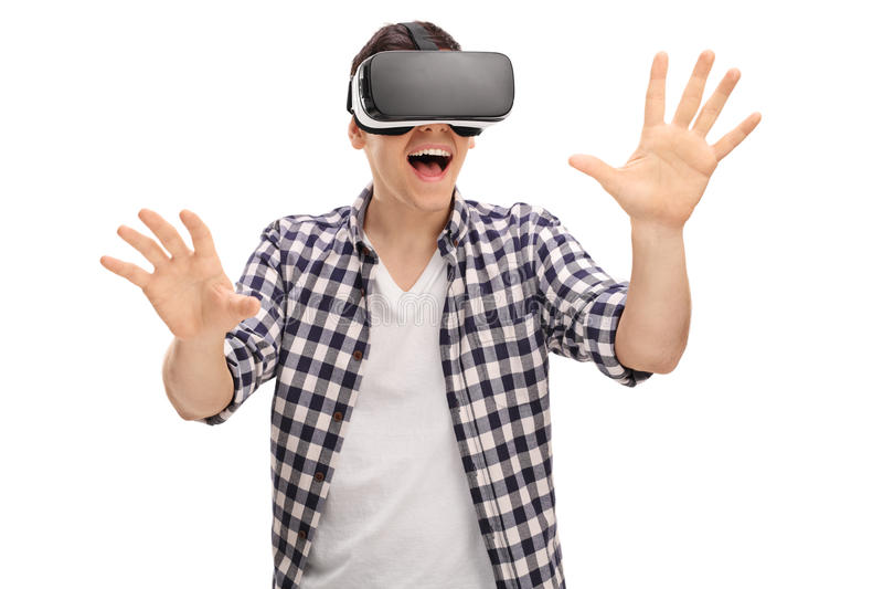 Hombre emocionado que experimenta realidad virtual fotos de archivo libres de regalías