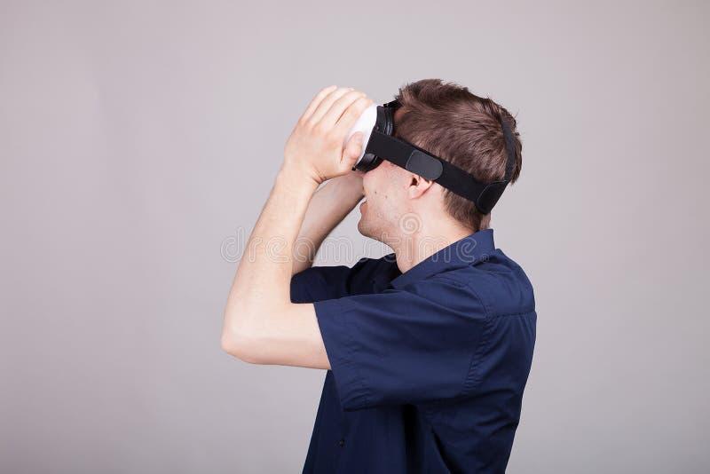 Hombre emocionado que experimenta realidad virtual por primera vez fotografía de archivo libre de regalías