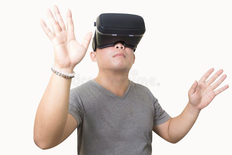 Hombre emocionado que usa los vidrios de una realidad virtual de VR imagen de archivo