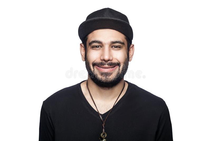 Hombre emocional con la camiseta y el casquillo negros fotos de archivo libres de regalías