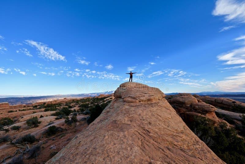 Hombre en actitud acertada en el top de la montaña fotos de archivo libres de regalías