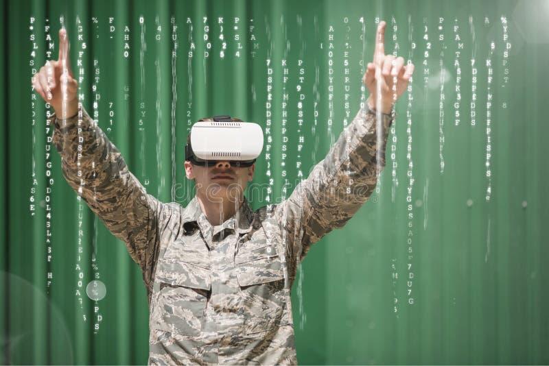 Hombre en auriculares de VR detrás del interfaz contra fondo verde imagenes de archivo