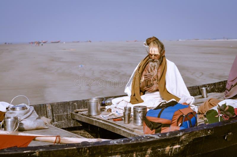 Hombre en barco en Bengala Occidental foto de archivo