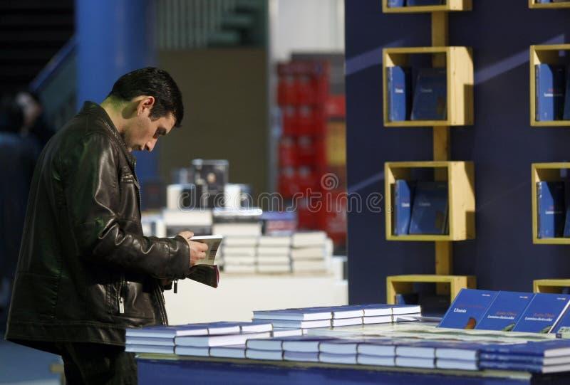 Hombre en biblioteca foto de archivo