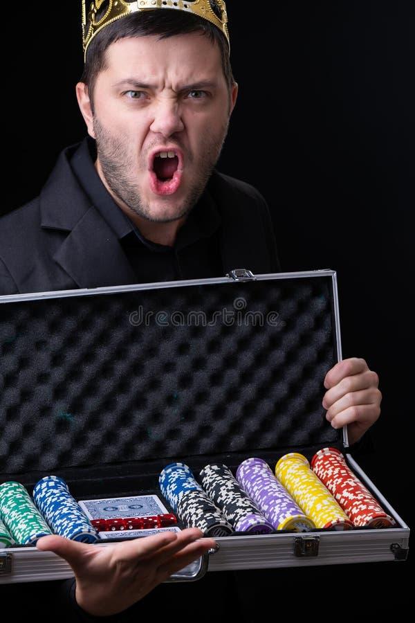 Hombre en caja del casino con los microprocesadores del casino imagen de archivo