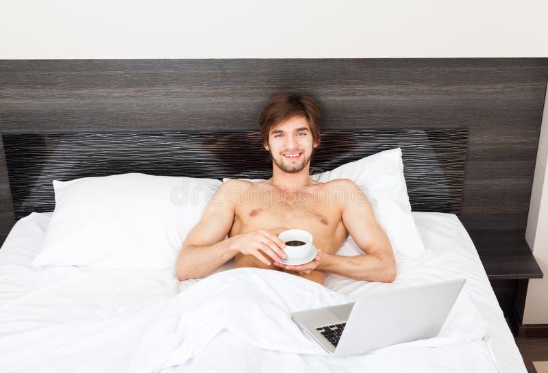 Hombre en cama fotos de archivo libres de regalías