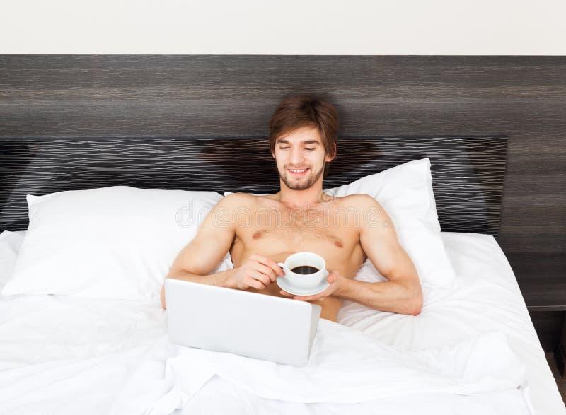 Hombre en cama imagen de archivo libre de regalías
