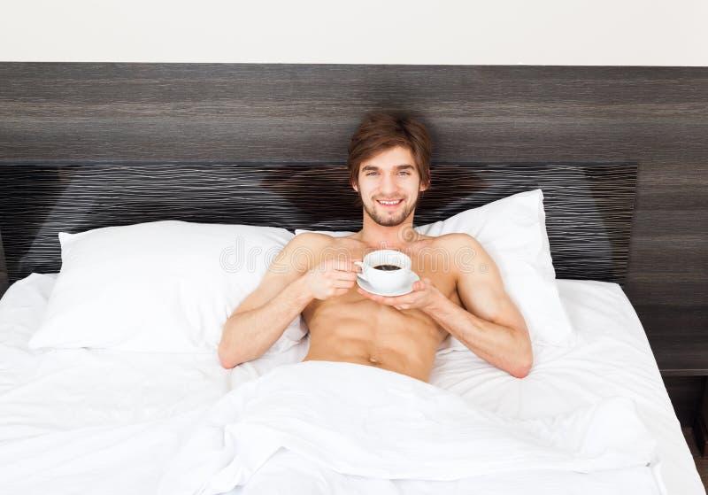 Hombre en cama foto de archivo libre de regalías