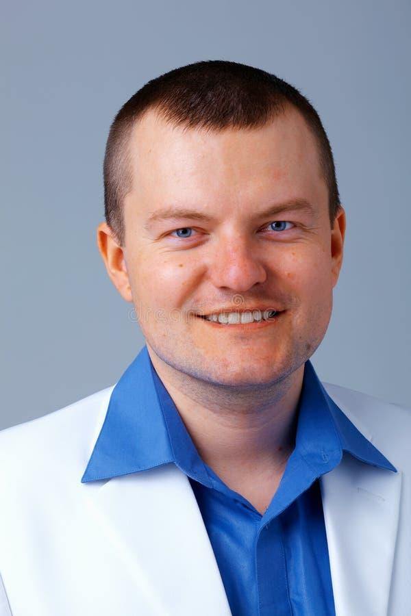 Hombre en camisa azul. imagenes de archivo