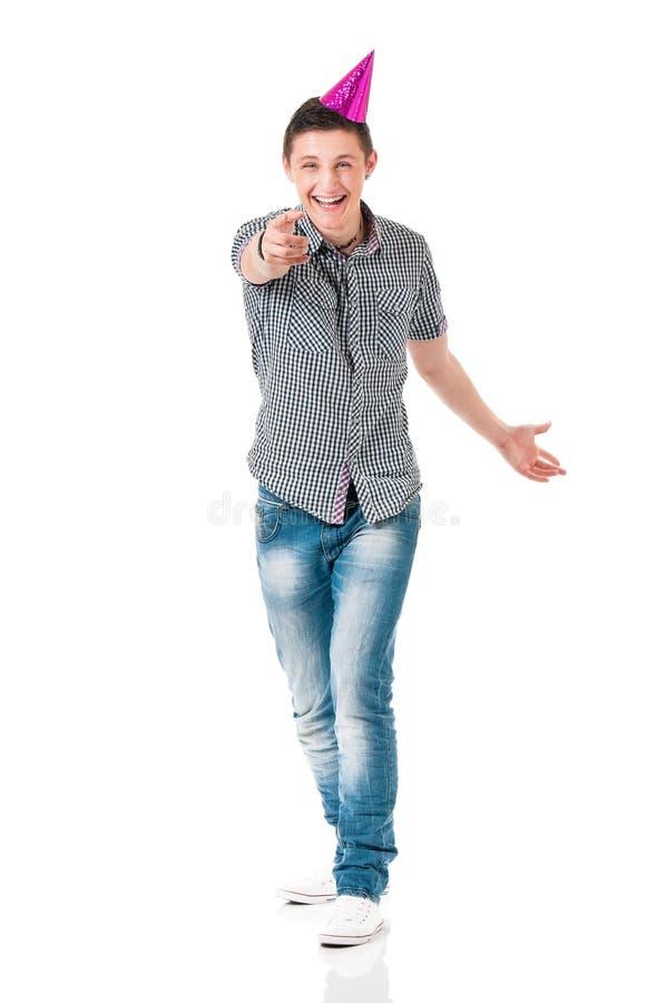 Hombre en camisa con el casquillo del cumpleaños fotografía de archivo