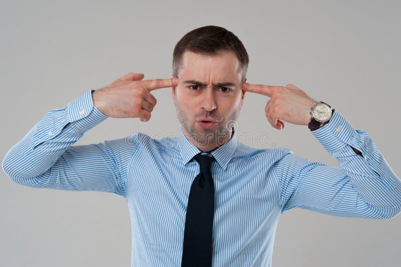 Hombre en camisa con los fingeres en la cabeza imágenes de archivo libres de regalías
