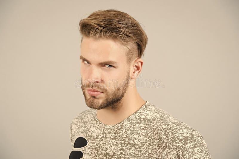 Hombre en camiseta en fondo gris imagen de archivo