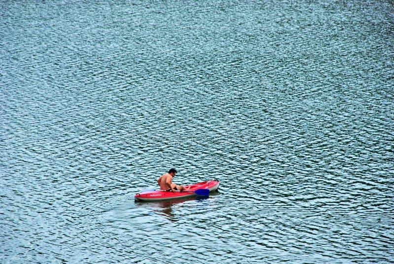 Hombre en canoa imágenes de archivo libres de regalías