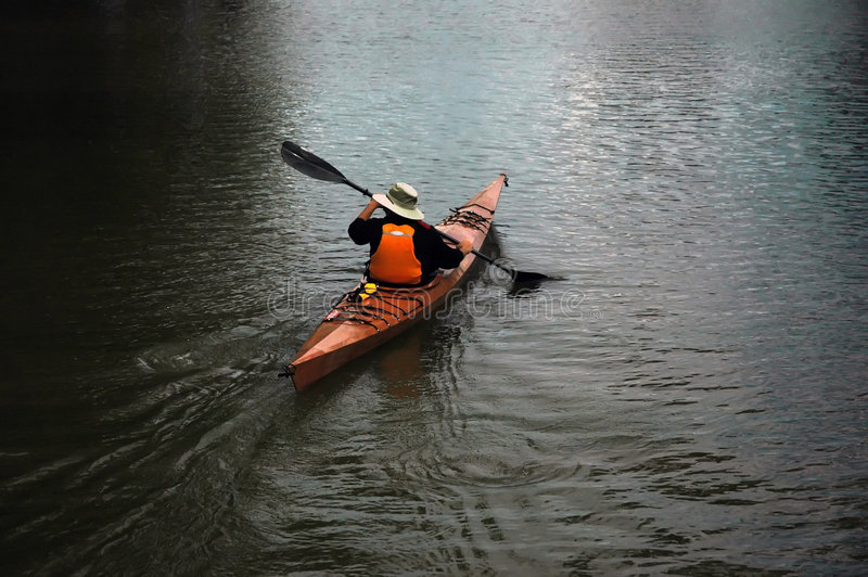 Hombre en canoa foto de archivo libre de regalías