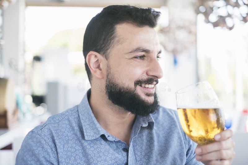 Hombre en cerveza de consumición del restaurante fotografía de archivo libre de regalías