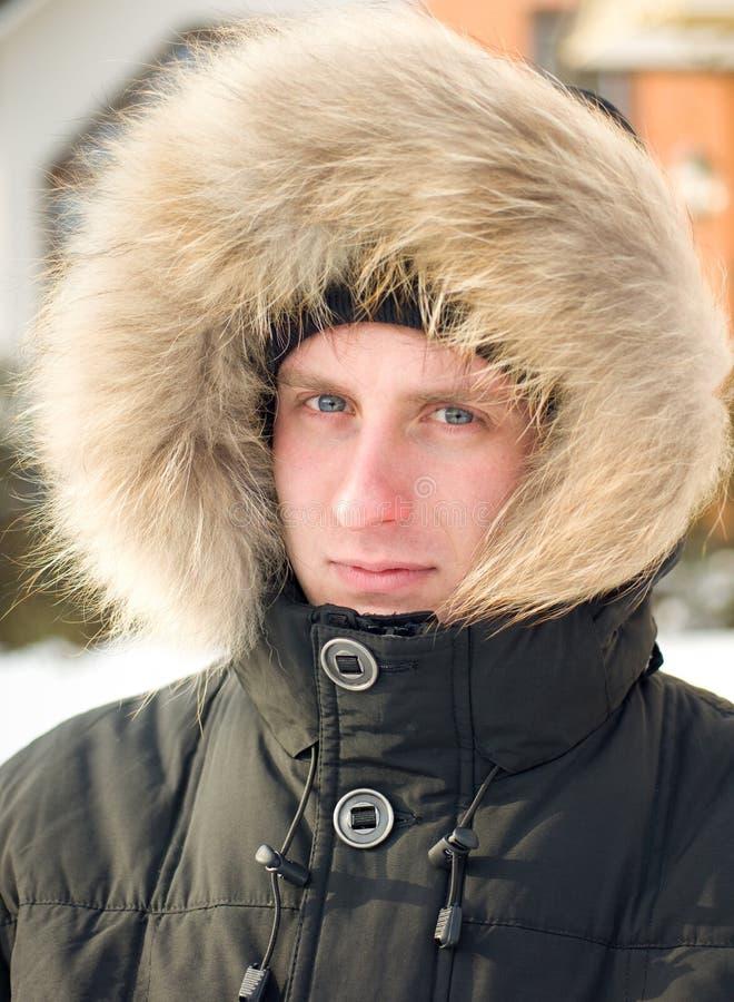 Hombre en chaqueta caliente con el capo motor peludo foto de archivo libre de regalías