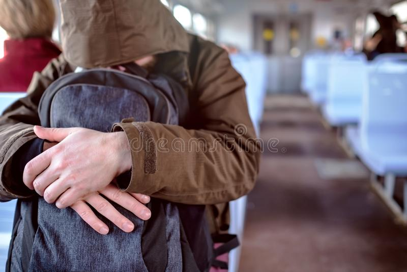 Hombre en chaqueta que duerme en tren de cercanías fotos de archivo libres de regalías