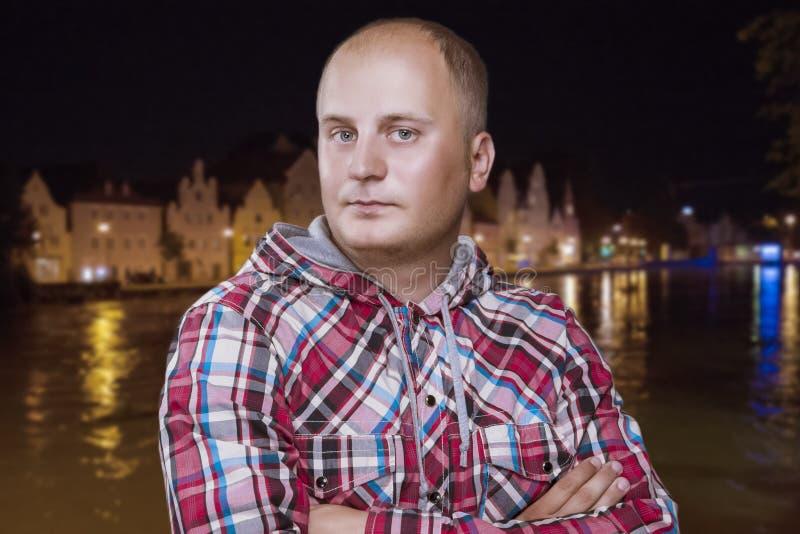 Hombre en ciudad de la noche foto de archivo libre de regalías