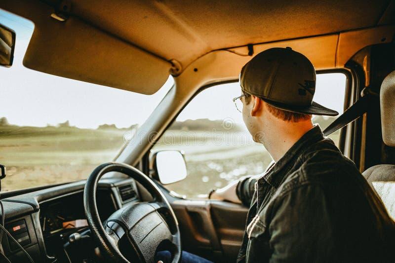 Hombre en coche con el cinturón de seguridad imágenes de archivo libres de regalías