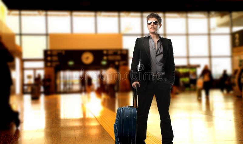 Hombre en el aeropuerto foto de archivo