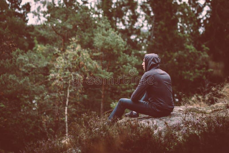 Hombre en el bosque perdido foto de archivo