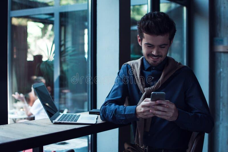 Hombre en el café fotos de archivo