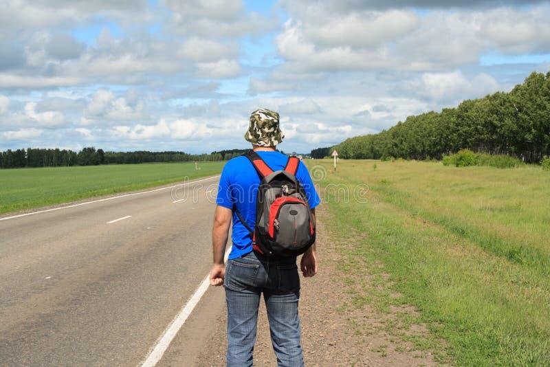 Hombre en el camino imagenes de archivo
