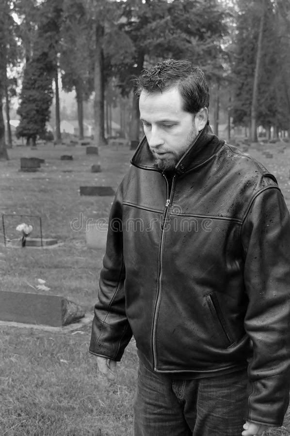 Hombre en el cementerio foto de archivo