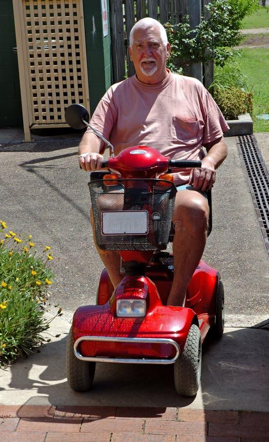 Hombre en el cochecillo eléctrico #2