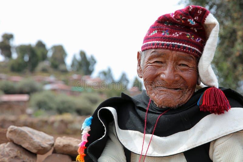 Hombre en el equipo tradicional específico para la isla de Taquile perú fotos de archivo libres de regalías
