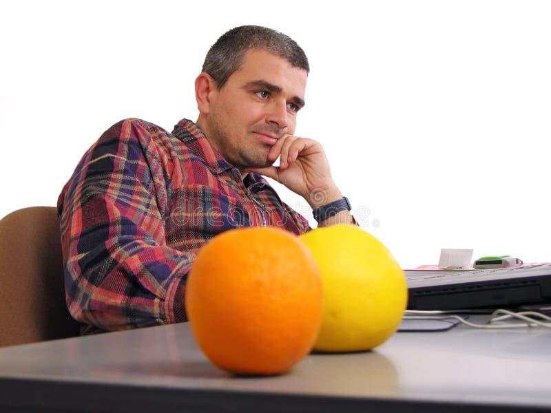 Hombre en el escritorio imagenes de archivo