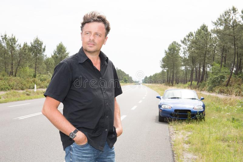 Hombre en el fondo del coche en camino con nadie foto de archivo libre de regalías