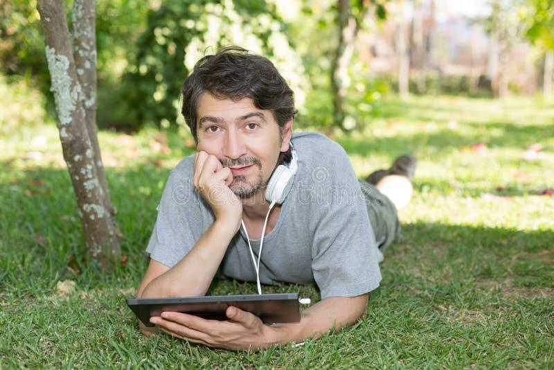 Hombre en el jardín fotos de archivo