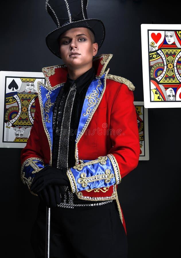 Hombre en el juego costoso del ilusionista-prestidigitador. fotos de archivo libres de regalías