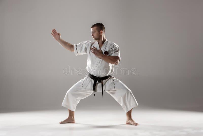 Hombre en el karate blanco del entrenamiento del kimono imágenes de archivo libres de regalías