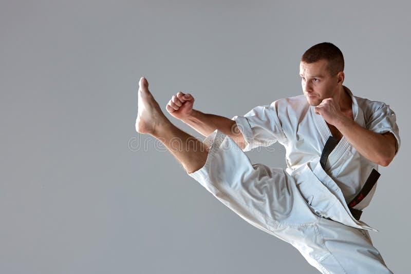 Hombre en el karate blanco del entrenamiento del kimono imagenes de archivo